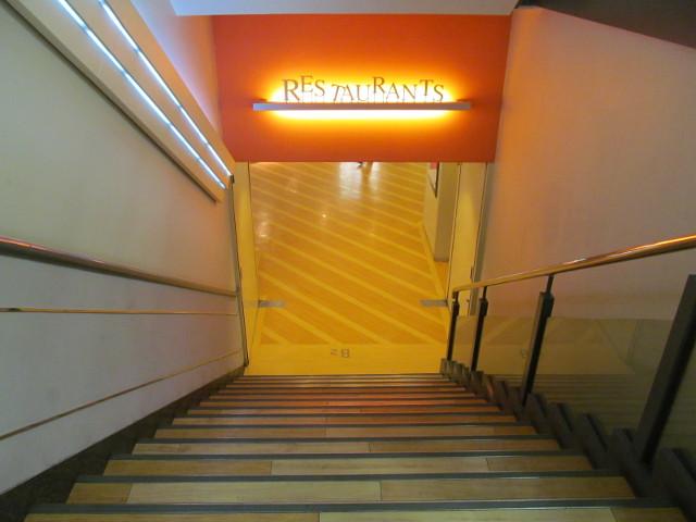 東急プラザ渋谷階段途中からB2Fレストラン街を見る