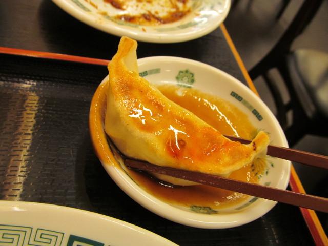 日高屋イワシフライ餃子セットの餃子にソースをつけてみる