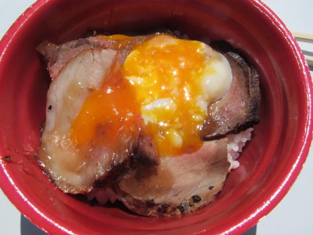 能登丼能登牛ローストビーフ丼の温泉卵をつぶす
