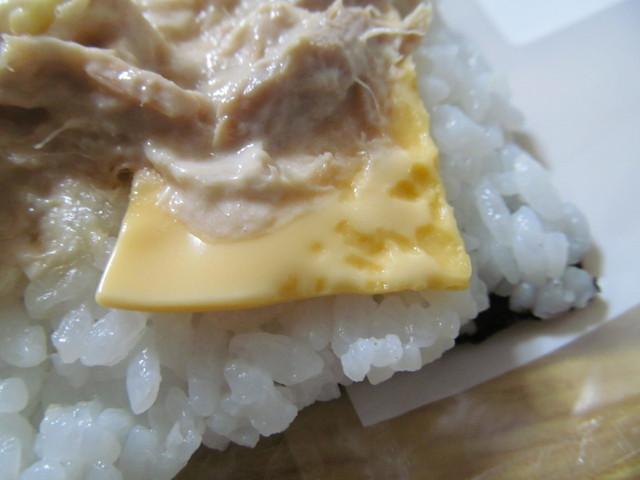 サンドおむすびツナチーズのスライスチーズ