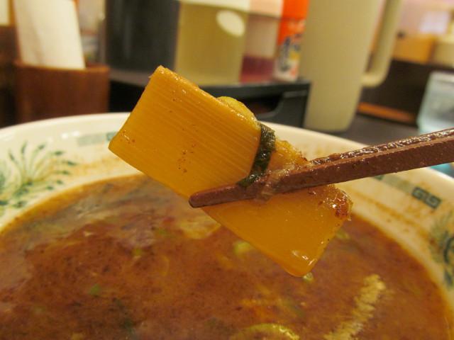 日高屋和風つけ麺のメンマをつけ汁につける