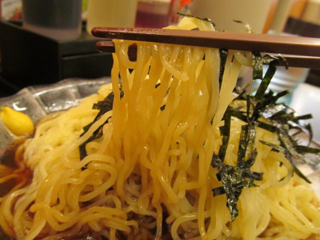 日高屋黒酢しょうゆ冷し麺の麺を持ち上げる
