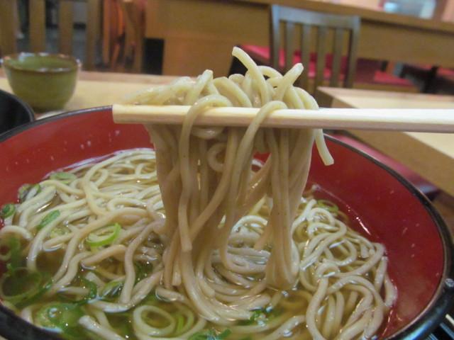 東急プラザ渋谷B2家族亭の親子丼セット蕎麦を持ち上げる