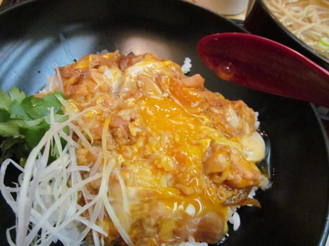 東急プラザ渋谷B2家族亭の親子丼セット黄身をまぜまぜ