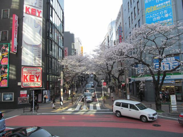 歩道橋から渋谷さくら通りを見る