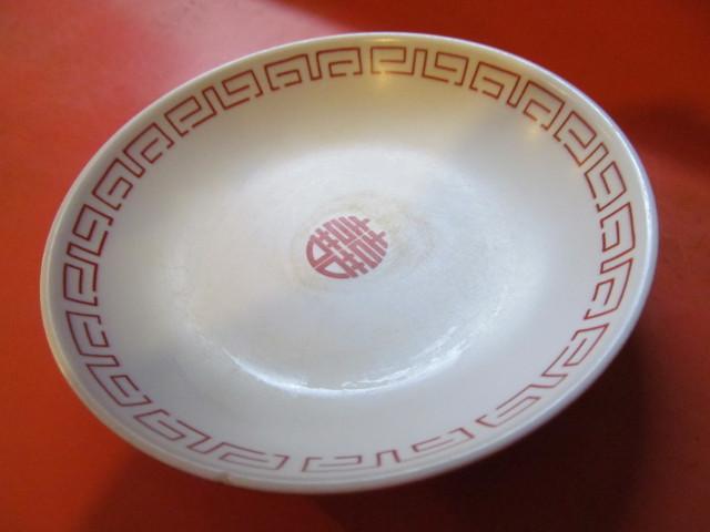 中華つけ麺大王国際通り店カウンター上の皿をひっくり返す