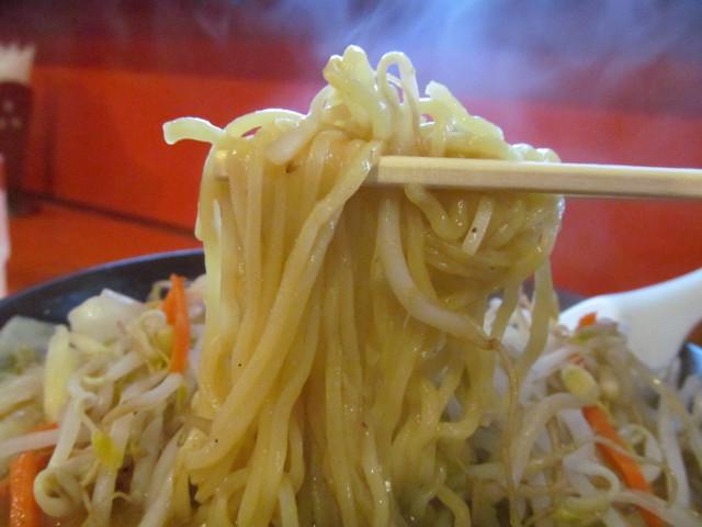 中華つけ麺大王国際通り店みそラーメンの麺を持ち上げる