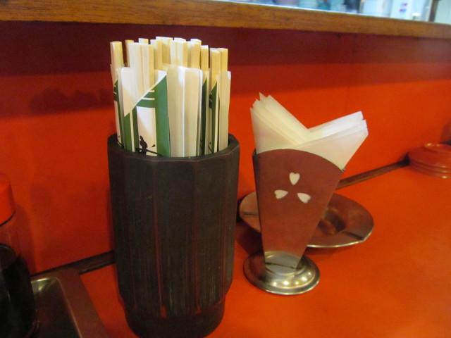 中華つけ麺大王国際通り店カウンター上の割り箸とか