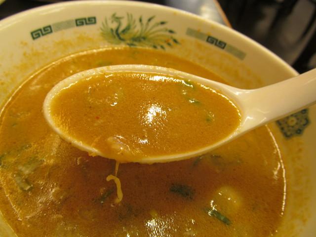 日高屋ごま味噌冷しの冷製スープを持ち上げる