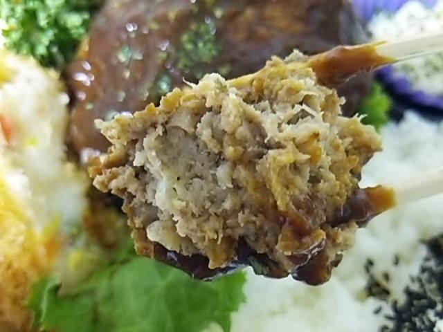 二層仕立ての煮込みハンバーグ弁当のハンバーグの断面
