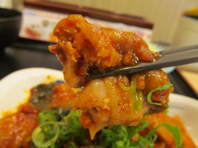 松屋鶏の甘辛味噌炒め定食の鶏肉を持ち上げる