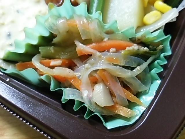 雑穀入りご飯と揚げないチキン南蛮のお弁当の野菜にんにく醤油炒め
