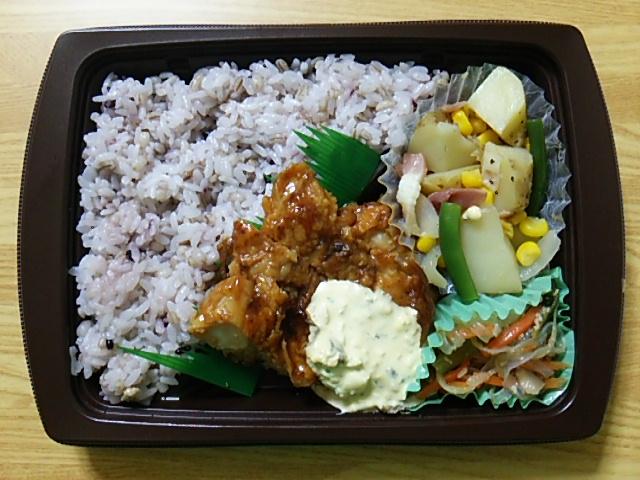 雑穀入りご飯と揚げないチキン南蛮のお弁当を開封