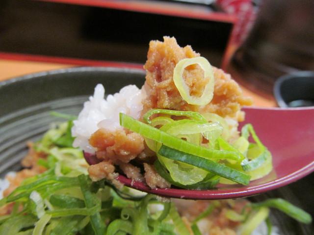 吉野家鶏そぼろ飯をスプーンですくう