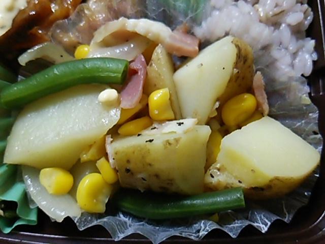 雑穀入りご飯と揚げないチキン南蛮のお弁当のジャーマンポテト
