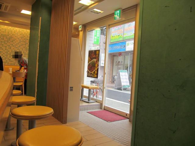 松屋の店内を見回す20150618