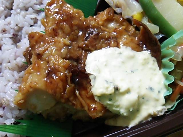 雑穀入りご飯と揚げないチキン南蛮のお弁当のチキン南蛮