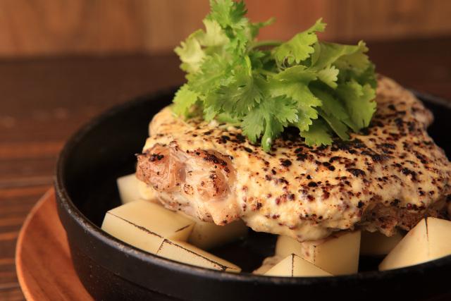 チキンのオーブン焼き焦がし葱アリオソース
