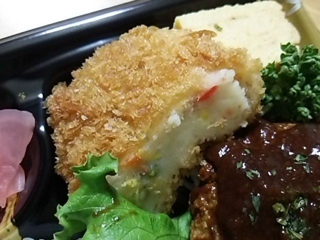 二層仕立ての煮込みハンバーグ弁当の野菜コロッケ