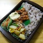 雑穀入りご飯と揚げないチキン南蛮のお弁当サムネイル