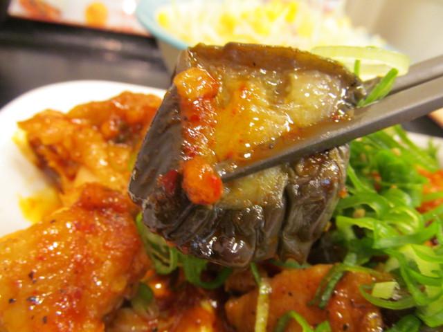 松屋鶏の甘辛味噌炒め定食の茄子を持ち上げる