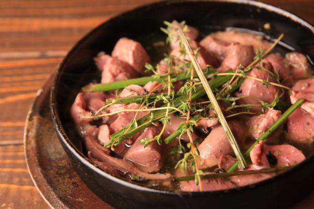 豚ホルモンと砂肝のエスニックアヒージョ