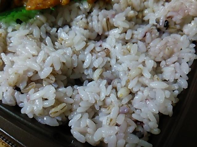 雑穀入りご飯と揚げないチキン南蛮のお弁当の雑穀米
