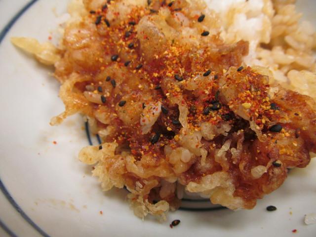天丼てんやWソース鶏天丼ご飯大盛に七味唐辛子投入