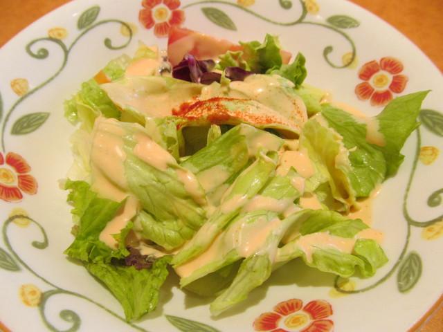 サイゼリヤホワイトソースのハンバーグのサラダ