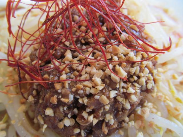 バーミヤン香り立つ冷やし坦々麺の挽き肉の上のピーナッツ