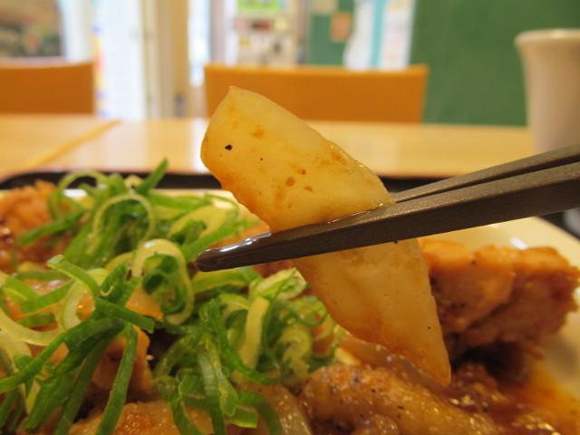松屋ガーリックチキン定食ライス大盛の玉ねぎを持ち上げる