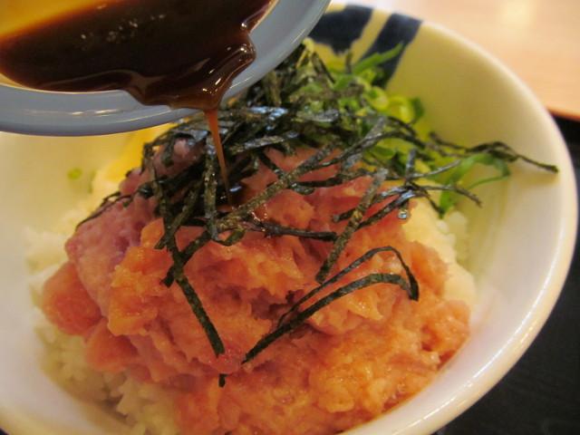 松屋山かけネギトロ丼大盛に特製ダレをかける