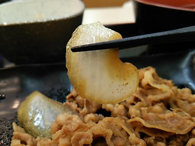 吉野家麦とろ牛皿御膳ご飯大盛の牛皿の玉ねぎを持ち上げる