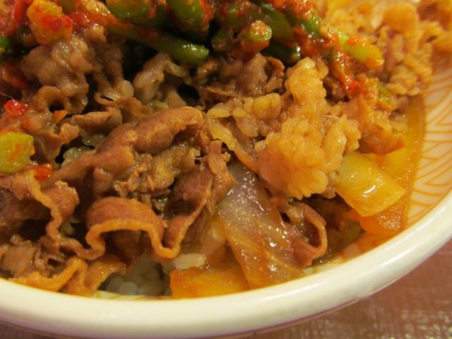 すき家ニンニクの芽牛丼大盛の牛肉と玉ねぎ