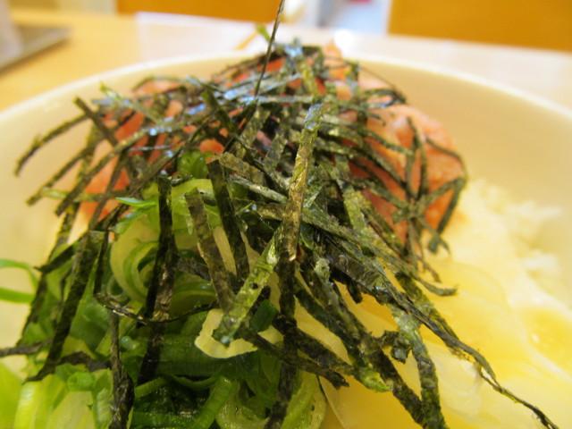 松屋山かけネギトロ丼大盛の刻み海苔