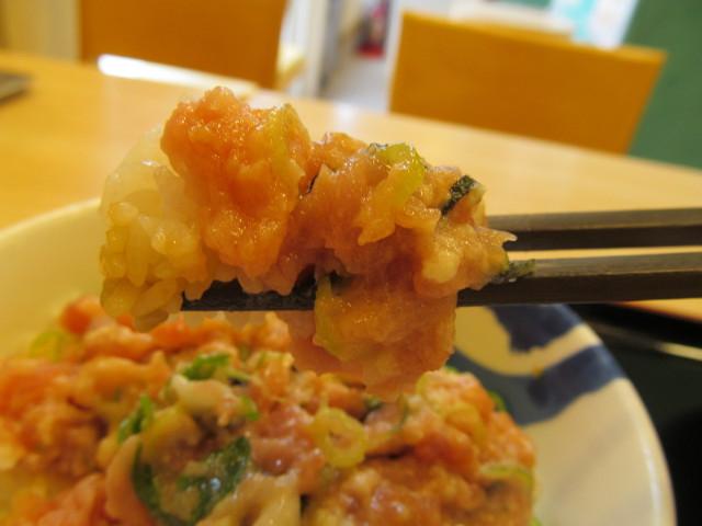 松屋山かけネギトロ丼大盛を箸で持ち上げる