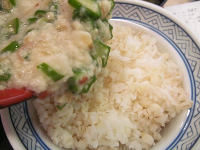 吉野家麦とろ鰻皿御膳ご飯大盛の麦めしにとろろオクラを投入中