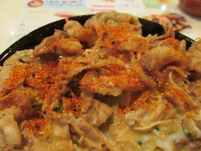 ガスト豚肉スタミナ丼ランチ温玉添えに七味をどばどばかける