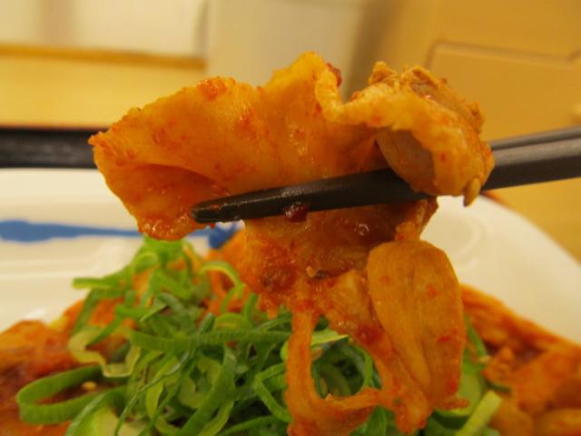 松屋豚キムチ定食ライス大盛の豚肉を持ち上げる