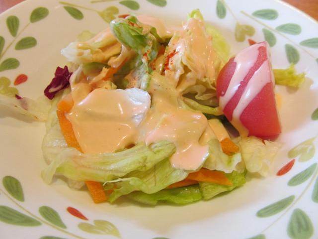 サイゼリヤデミグラスソースのハンバーグのサラダ