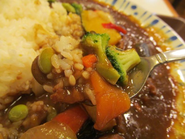 すき家チキンと彩り野菜カレーのブロッコリーにんじん枝豆