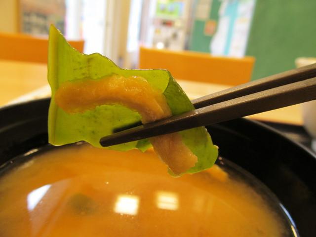 松屋ガーリックチキン定食ライス大盛のみそ汁のわかめと油揚げ