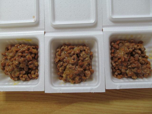 納豆とタレとからしをまぜまぜ20150710