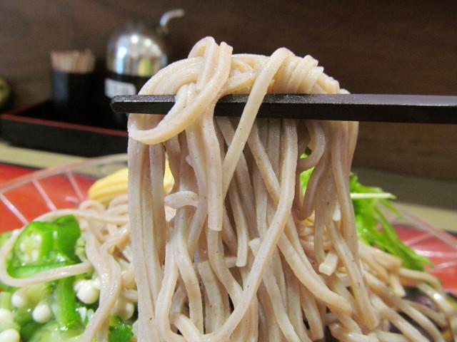 富士そば冷し夏野菜カレーつけ蕎麦の蕎麦を持ち上げる