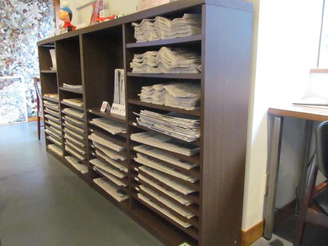 下野新聞NEWSCAFEの棚には新聞がいっぱい20150826