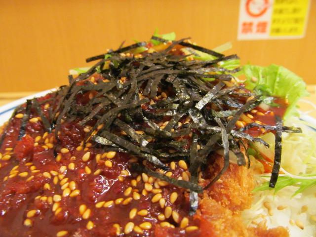 かつやコチュジャンサラダカツ丼大盛の刻み海苔