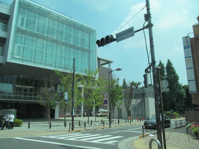 世田谷区役所前を左折する等13系統等々力発一番バス