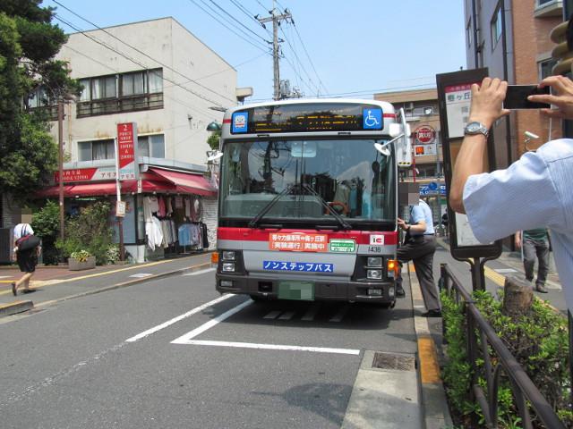 遠くの降車専用ポストに停車する等13系統一番バス