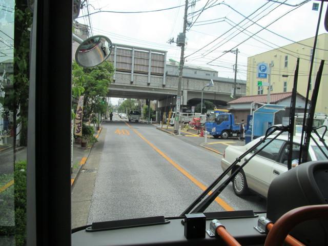小田急線のガードをくぐる等13二番バス