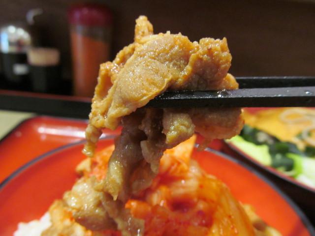ミニ豚バラキムチ丼セットの豚バラ肉を持ち上げる